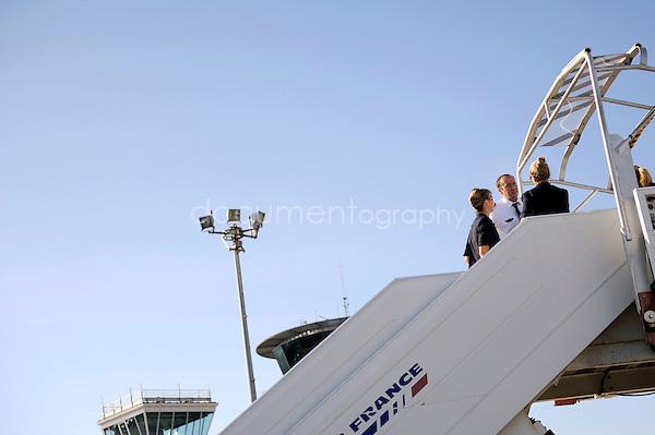 copyright : magali corouge / Documentography.10/06/09.Me?tier : Pilote.Laurent Guerini avec son staff de stewarts et hotesses sur la passerelle de l'avion..