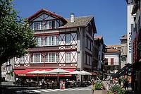 France, Pyrénées-Atlantiques (64), Pays-Basque, Saint-Jean-de-Luz : Maisons et cafés de la Place Louis XV  // France, Pyrenees Atlantiques, Basque Country, Saint Jean de Luz: Houses and cafes in the Place Louis XV