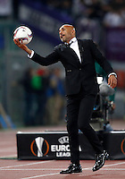 Calcio, Europa League, Gguppo E: Roma vs Austria Vienna. Roma, stadio Olimpico, 20 ottobre 2016.<br /> Roma's coach Luciano Spalletti holds the ball during the Europa League Group E soccer match between Roma and Austria Wien, at Rome's Olympic stadium, 20 October 2016. The game ended 3-3.<br /> UPDATE IMAGES PRESS/Isabella Bonotto