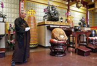 Nederland Amsterdam. 2016. Boeddhadag in Amsterdam. Viering van de geboorte van Boeddha. Monnik in de Chinese F.G.S He Hua Temple op de Zeedijk. Foto Berlinda van Dam / Hollandse Hoogte