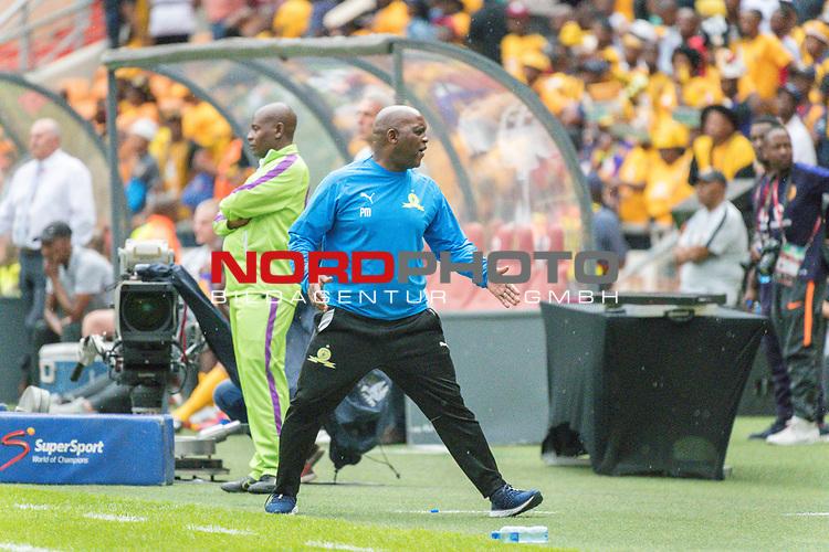 05.01.2019, FNB Stadion/Soccer City, Nasrec, Johannesburg, RSA, Premier League, Kaizer Chiefs vs Mamelodi Sundowns<br /> <br /> im Bild / picture shows <br /> <br /> Pitso Mosimane Trainer<br /> <br /> Einzelaktion, Ganzk&ouml;rper / Ganzkoerper<br /> Gestik, Mimik,<br /> <br /> Foto &copy; nordphoto / Kokenge