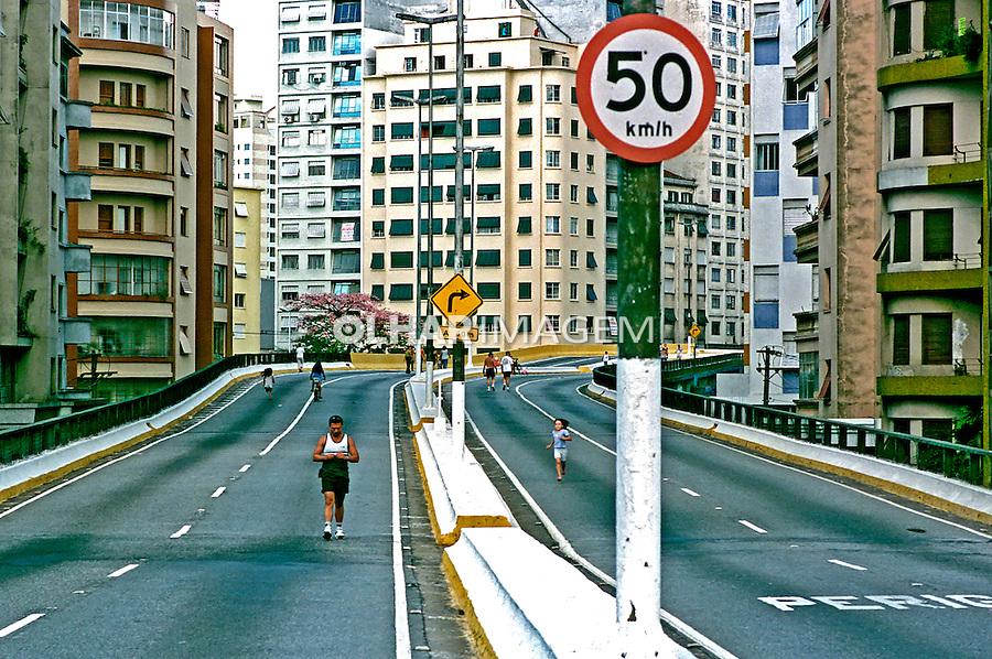 Domingo de lazer no minhocão. São Paulo. 2002. Foto de Juca Martins.