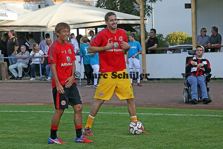 Kevin Trapp und TAkashi Inui haben Spaß - VfB Unterliederbach vs. Eintracht Frankfurt