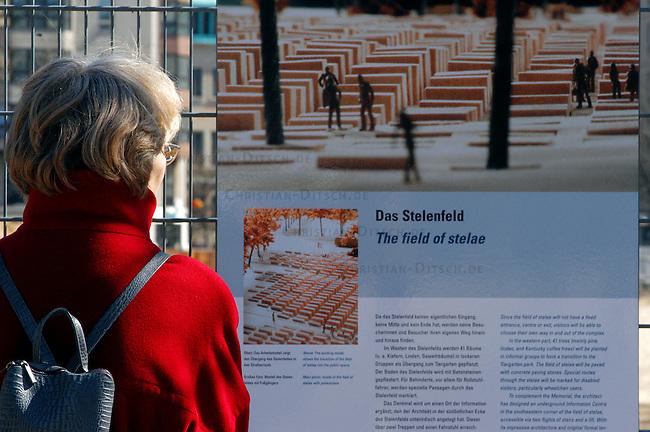 Erste Stelen auf dem Gelaende des geplanten Holocaustmahnmals in Berlin<br /> Am Donnerstag den 3. April 2003 wurden die ersten zwei Stelen auf das Gelaende des geplanten Holocaustmahnmals in Berlin gesetzt. Ab August 2003 soll dann mit dem Bau des Mahnmals begonnen werden.<br /> Die Fertigstellung des Mahnmals sollte zuerst im Jahr 2004 sein, nun ist das Jahr 2005 im Gspraech.<br /> Hier: Eine Touristin betrachtet eine Schautafel am Bauzaun des Mahnmal-Gelaendes.<br /> 4.4.2003, Berlin<br /> Copyright: Christian-Ditsch.de<br /> [Inhaltsveraendernde Manipulation des Fotos nur nach ausdruecklicher Genehmigung des Fotografen. Vereinbarungen ueber Abtretung von Persoenlichkeitsrechten/Model Release der abgebildeten Person/Personen liegen nicht vor. NO MODEL RELEASE! Nur fuer Redaktionelle Zwecke. Don't publish without copyright Christian-Ditsch.de, Veroeffentlichung nur mit Fotografennennung, sowie gegen Honorar, MwSt. und Beleg. Konto: I N G - D i B a, IBAN DE58500105175400192269, BIC INGDDEFFXXX, Kontakt: post@christian-ditsch.de<br /> Bei der Bearbeitung der Dateiinformationen darf die Urheberkennzeichnung in den EXIF- und  IPTC-Daten nicht entfernt werden, diese sind in digitalen Medien nach &sect;95c UrhG rechtlich geschuetzt. Der Urhebervermerk wird gemaess &sect;13 UrhG verlangt.]