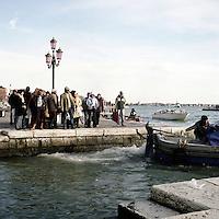 Venezia: turisti su riva degli Schiavoni..Venice: tourist in the Riva degli Schiavoni.