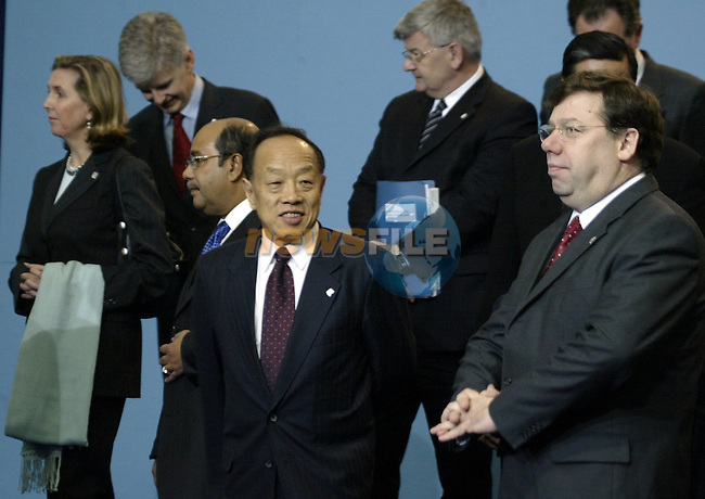 China Foreign minister,Li Zhaoxing (C) and EU Foreign ministers arrive for the  family picture of the 6th ASEM Foreign ministers'meeting in Straffan (Ireland) 17april 2004. AFP PHOTO GERARD CERLES