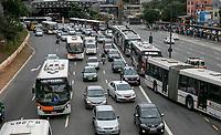 SAO PAULO, SP - 20.06.2017 - TRANSITO-SP - Vista da Av. Jo&atilde;o Dias com tr&acirc;nsito pesado na manh&atilde; desta ter&ccedil;a-feira (20), na zona sul de S&atilde;o Paulo. A via foi interditada devido a autom&oacute;vel que pegou fogo na atravessia da ponte no sentido centro.<br /> <br /> (Foto: Fabricio Bomjardim / Brazil Photo Press)