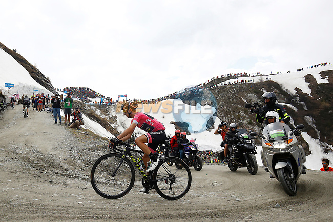 Race leader Maglia Rosa Simon Yates (GBR) Mitchelton-Scott in crisis on the Colle delle Finestre during Stage 19 of the 2018 Giro d'Italia, running 185km from Venaria Reale to Bardonecchia featuring the Cima Coppi of this Giro, the highest climb on the Colle delle Finestre with its gravel roads, before finishing on the final climb of the Jafferau, Italy. 25th May 2018.<br /> Picture: LaPresse/POOL Luca Bettini/BettiniPhoto | Cyclefile<br /> <br /> <br /> All photos usage must carry mandatory copyright credit (© Cyclefile | LaPresse/POOL Luca Bettini/BettiniPhoto)