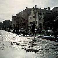 Venezia: un uomo vicino ad un canale..Venice: a man near a canal