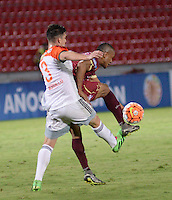 IBAGUÉ -COLOMBIA, 08-06-2015. Un (Der) jugador de Deportes Tolima de Colombia disputa el balón con Luis Morgillo (Izq) jugador del Deportivo La Guaira de Venezuela durante partido de la primera fase, llave G12 de la Copa Sudamericana 2016 jugado en el estadio Manuel Murillo Toro de la ciudad de Ibagué./ A (R) player of  Deportes Tolima of Colombia vies for the ball with Luis Morgillo (L) player of Deportivo La Guaira of Venezuela during match for the first phase, Kye G12, of the South American Cup 2016 played at Manuel Murillo Toro stadium in Ibague city. Photo: VizzorImage / Juan Carlos Escobar / Str