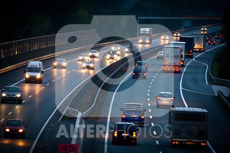 10.10.2010, Inntalautobahn A12, Jennbach, AUT, Features vom Verkehrsaufkommen in der Blauen Stunde, Güter und Reiseverkehr am Abend an der Inntalautobahn A12, Europastraßen E45 und E60, in Jennbach Tirol. EXPA Pictures © 2010, PhotoCredit: EXPA/ J. Groder