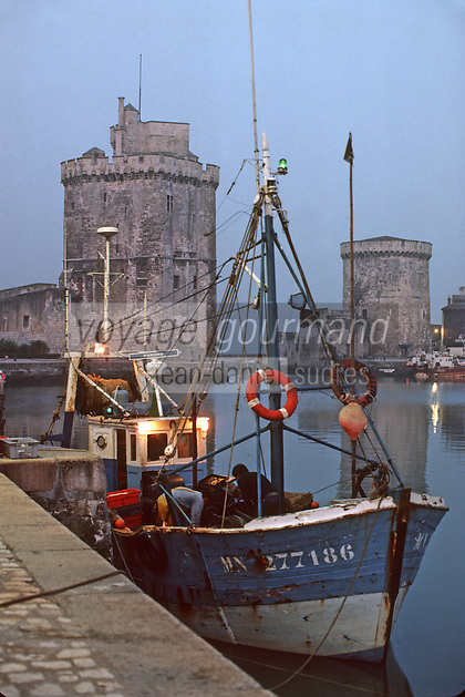 France/17/Charente Maritime/La Rochelle: Chalutier de pêche artisanale au Vieux port de  La Rochelle - A l'arrière plan, le tour Saint Nicolas