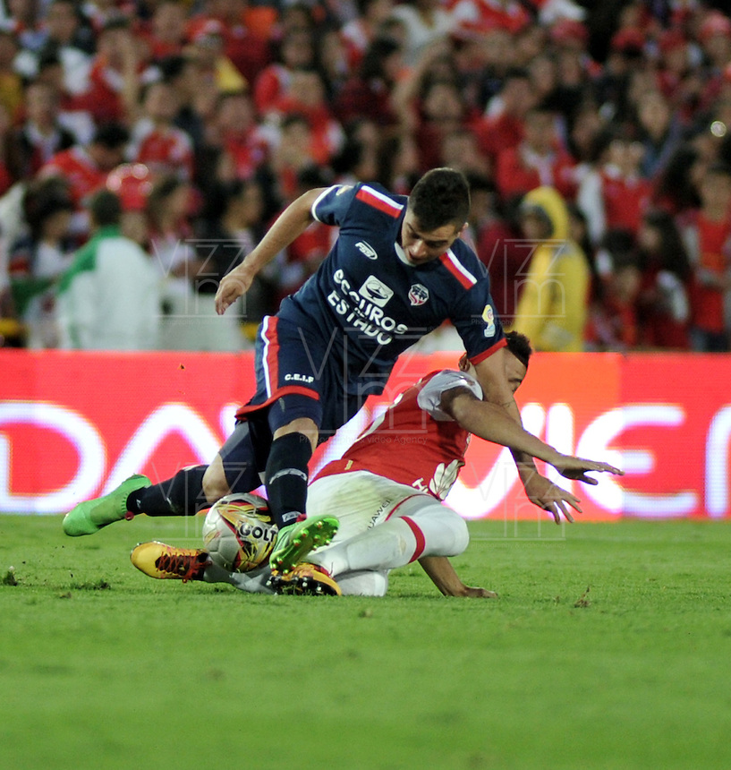 BOGOTA - COLOMBIA - 14-05-2016: Yeison Gordillo (Der.) jugador de Independiente Santa Fe disputa el balón con Dario Rodriguez (Izq.) jugador de Fortaleza FC, durante partido por la fecha 18 entre Independiente Santa Fe y Fortaleza FC, de la Liga Aguila I-2016, en el estadio Nemesio Camacho El Campin de la ciudad de Bogota. / Yeison Gordillo (R) player of Independiente Santa Fe struggles for the ball with Dario Rodriguez (L) goalkeeper of Fortaleza FC, during a match of the date 18 between Independiente Santa Fe and Fortaleza FC, for the Liga Aguila I -2016 at the Nemesio Camacho El Campin Stadium in Bogota city, Photo: VizzorImage / Luis Ramirez / Staff.
