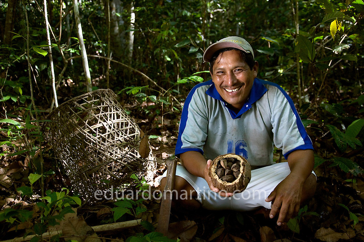 Rufino Vargas going to the forest to collect the Brazil nuts in Puerto Sucre, Pando Region, Bolivia..Photo: Eduardo Martino / 10.11.2007