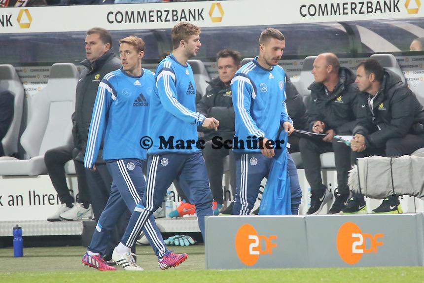 Max Kruse, Christoph Kramer und Lukas Podolski (D) kommen vom Aufwaemen - Deutschland vs. Australien, Fritz-Walter-Stadion Kaiserslautern