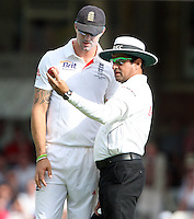 Kevin Pietersen of England discusses the state of the ball with umpire Aleem Dar - England vs Australia - 1st day of the 5th Investec Ashes Test match at The Kia Oval, London - 21/08/13 - MANDATORY CREDIT: Rob Newell/TGSPHOTO - Self billing applies where appropriate - 0845 094 6026 - contact@tgsphoto.co.uk - NO UNPAID USE