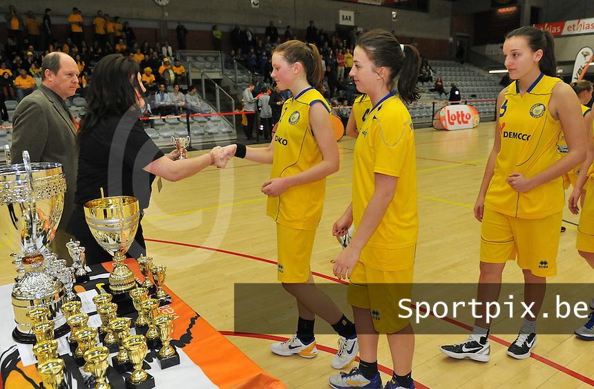 Beker Van Vlaanderen Seniores Dames ; Crack Blue Cats Ieper B - Basket Lummen A : de meisjes van Lummen krijgen nog een zilveren beker mee als verliezen finalist.foto VDB  / Bart Vandenbroucke