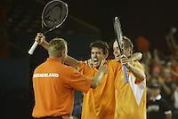 20030920, Zwolle, Davis Cup, NL-India, Victory moment for the Dutch team, they defeaded India in the dubbels and made 3-0, captyian Tjerk Bogtstra jumps in the arms of Van Lottum and Verkerk
