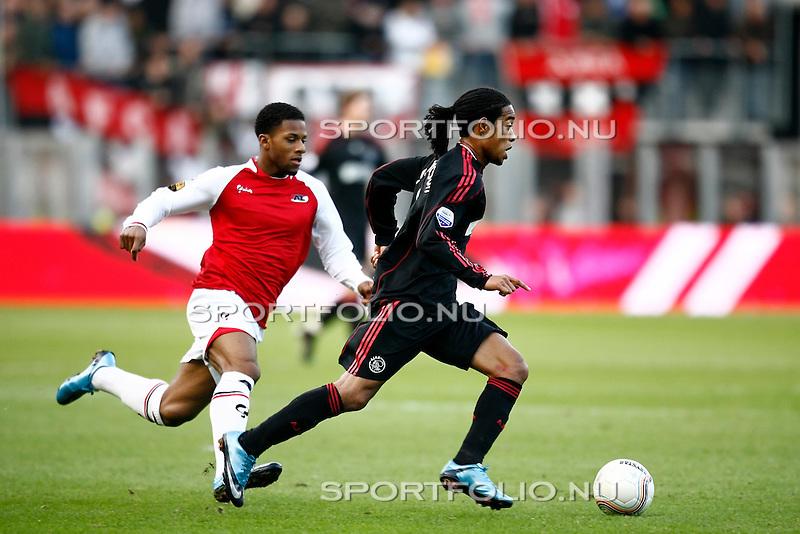 Nederland, Alkmaar, 25 oktober 2009 .Eredivisie.Seizoen 2009/2010.AZ-Ajax (2-4).Urby Emanuelson van Ajax in actie met de bal. Jeremain Lens (l) van AZ