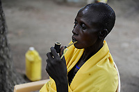 SOUTH SUDAN, Lakes State, village Mapuordit, Dinka woman with tobacco pipe / SUED-SUDAN, Bahr el Ghazal regio , Lakes State, Dorf Mapuordit, Dinka Frau mit Tabakpfeife