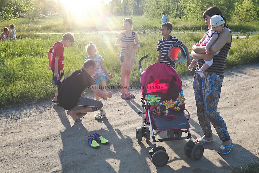 UKRAINE, Mariupol: As it's school holiday, Pavlo and Nadia's children are always with them. <br /> <br /> UKRAINE, Mariupol: C'est les vacances scolaires, les enfants sont toujours avec Pavlo et Nadia.