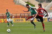 ATENÇÃO EDITOR: FOTO EMBARGADA PARA VEÍCULOS INTERNACIONAIS - SÃO PAULO, SP, 25 DE NOVEMBRO DE 2012 - CAMPEONATO BRASILEIRO - PALMEIRAS x ATLETICO GOIANIENSE: Vinicius (c) durante partida Palmeiras x Atletico Goianiense, válida pela 37ª rodada do Campeonato Brasileiro no Estádio do Pacaembú. FOTO: LEVI BIANCO - BRAZIL PHOTO PRESS