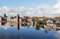 Nederland Zaandam 2016. Zaandam aan de Zaan gezien vanaf De Gortpeller. Links de oude Verkade fabriek. Foto Berlinda van Dam / Hollandse Hoogte