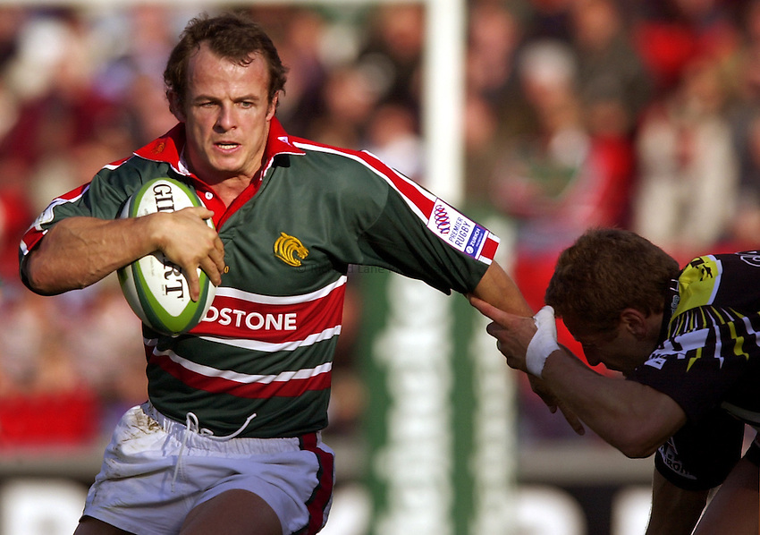 Photo. Richard Lane. .LEICESTER TIGERS V AMATORI & CALVISANO. Heineken Cup. 19-10-2002..Austin Healey attacks.