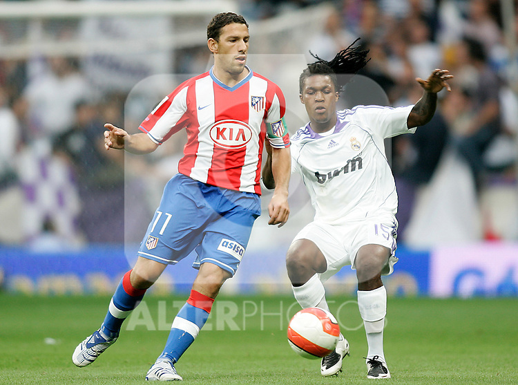 Atletico de Madrid's Maxi Rodriguez (l) and Real Madrid's Royston Ricky Drenthe (r) during the Spanish League match between Real Madrid and Atletico de Madrid at Santiago Bernabeu Stadium in Madrid, Saturday August 25 2007. (ALTERPHOTOS/B.Echavarri).