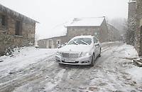 fecha:18-03-2012 En la montaña de Lugo, nieva. Despues de un invierno seco y numerosos incendios. Imagenes en O Cebreiro (Lugo). En la imagen un coche por una calle nevada de O Cebreiro. Foto:EFE/eliseo trigo