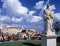 Portugal, Lissabon: Miradouro da Santa Luzia mit Blick ueber die Alfama (Altstadt) - Denkmal S. Vicente | Portugal, Lisbon: Miradouro da Santa Luzia with view across the Alfama (old town) - monument - S. Vicente