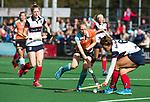 HUIZEN  -   Fieke Hoff (Gro) met Eva den Hartog (HUI) , hoofdklasse competitiewedstrijd hockey dames, Huizen-Groningen (1-1)   COPYRIGHT  KOEN SUYK
