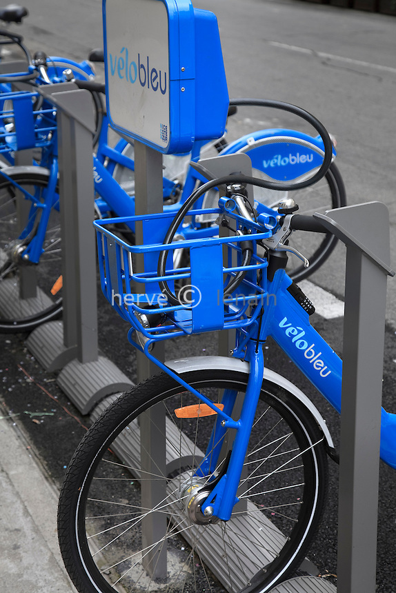 France, Alpes-Maritimes, Nice, VéloBleu, bicyclette en libre-service // France, Alpes-Maritimes, Nice, VéloBleu, self-service bicycle