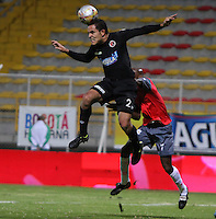 BOGOTA -COLOMBIA, 20-ENERO-2015. John Garcia del Cucuta Deportivo disputa el balon con Wilson Carpintero  del Deportes Quindio , durante el  tercer partido de los Cuadrangulares de Ascenso Aguila jugado en el estadio Metropolitano de Techo ./John Garcia  of Cucuta Deportivo dispute the ball with Wilson Carpintero of  Deportes Quindio during the third game played Cuadrangulares de Ascenso Aguila at Metroplitano Techo  Stadium. Photo / VizzorImage / Felipe Caicedo  / Staff