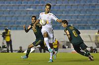 ATENÇÃO EDITOR: FOTO EMBARGADA PARA VEÍCULOS INTERNACIONAIS - BARUERI, SP, 22 DE JANEIRO DE 2013 - COPA SÃO PAULO DE FUTEBOL JUNIOR - PALMEIRAS x SANTOS: Lance durante partida Palmeiras x Santos, válida pela semifinal da Copa São Paulo de Futebol Junior, disputado na Arena Barueri. FOTO: LEVI BIANCO - BRAZIL PHOTO PRESS