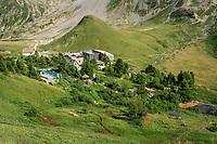 France, Hautes-Alpes (05), Villar-d'Arène, jardin alpin du Lautaret, vu depuis la montée au col du Galibier,  en fond la Serre Orel (butte) et le versant du Combeynot