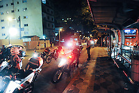 SÃO PAULO, 29.07.2013SP_    SAO PAULO, SP, 30.07.2013 - PROTESTO FORA ALCKMIN - Polícia Militar entra em confronto com manifestantes na Avenida Rebouças, em Pinheiros, na zona oeste da capital paulista, durante protesto pedindo a saída do governador de São Paulo, Geraldo Alckmin do cargo, e em apoio a manifestantes do Rio de Janeiro que pedem a saída do governador Sérgio Cabral, na noite desta terça-feira (30). (Foto: Adriano Lima / Brazil Photo Press).