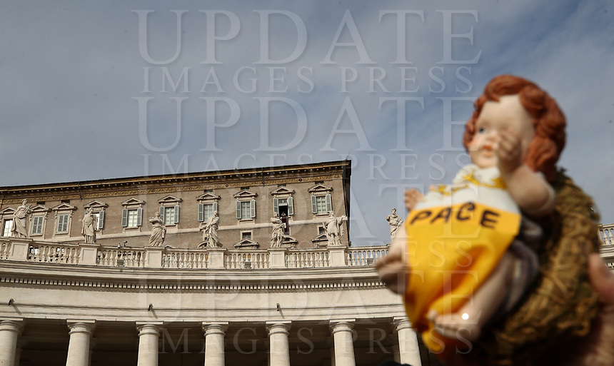 Un fedele tiene in mano la statuina del Bambinello mentre Papa Francesco recita l'Angelus domenicale affacciato su piazza San Pietro dalla finestra del suo studio. Citta' del Vaticano, 16 dicembre, 2018.<br /> A faithful holds a statue of the Christ Child with the inscription &quot;Peace&quot; while Pope Francis recites the Sunday Angelus noon prayer from the window of his studio overlooking St. Peter's Square, at the Vatican, on December 16, 2018.<br /> UPDATE IMAGES PRESS/Isabella Bonotto<br /> <br /> STRICTLY ONLY FOR EDITORIAL USE