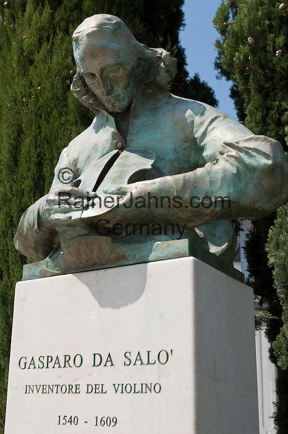Italy, Lombardia, Lake Garda, Salo, biggest town on the West Bank of Lake Garda: bust of Gasparo da Salò, name given to Gasparo di Bertolotti, one of the earliest violin makers | Italien, Lombardei, Gardasee, Salo, groesste Stadt am Westufer des Gardasees: Bueste des italienischen Geigenbauers Gasparo da Salò, eigentlicher Name Gasparo di Bertolotti