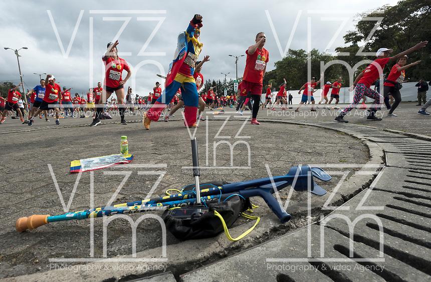 BOGOTÁ -COLOMBIA, 30-07-2017: Actividades de calentamiento previo  la media maratón de Bogotá 2017, mmB. Con sus tradicionales 21km, en esta ocasión el ganador en elite varones fue Feyisa Lilesa de Etiopía, con un tiempo de 1h 04m 30s, y en mujeres Brigid Kosgei de Kenia con un tiempo de 1h 12m 16s. / People warm up prior the half marathon of Bogota 2017, mmB. With its 21Km in this edition the winner was Feyisa Lilesa of Ethiopia in elite men category with a time of 1h 05m 16s, and in elite women category the winner was Brigid Kosgei of Kenya with a time of 1h 12m 16s. Photo: VizzorImage/ Gabriel Aponte / Staff