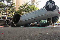 S&Atilde;O PAULO, SP, 02.05.2015 - ACIDENTE-SP - Ve&iacute;culo perde controle atinge dois carros e capota Avenida Ministro Petr&ocirc;nio Portella na regi&atilde;o norte de S&atilde;o Paulo, neste s&aacute;bado, 02. Duas vitimas com ferimentos leves e encaminhadas para o hospital de Vila Penteado<br /> (Foto: Marcio Ribeiro / Brazil Photo Press)