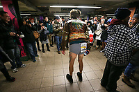NOVA YORK, EUA, 13.01.2019 - DIA-SEM CALÇAS - Participantes durante o dia sem calças do 'No Pants Subway Ride' em Nova York, em 13 de janeiro de 2019. No Pants Subway Ride é um evento global anual que começou em Nova York, EUA, em 2002. (Foto: William Volcov/Brazil Photo Press)