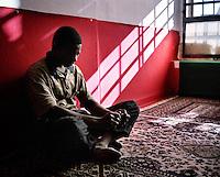 Carcere di San Vittore Milano ottobre 2004. Un detenuto durante un momento di preghiera nella sua cella. Foto Fabrizio Villa