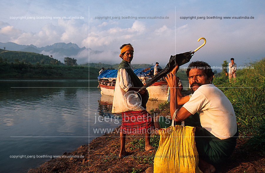 INDIA, state Madhya Pradesh, Narmada river and dams, tribal village Domkhedi, rally of indian tribe Bhil, Adivasi, against big dams / INDIEN, Narmada Fluss und Staudaemme, Dorf Domkhedi, Demonstration der indischen Ureinwohner Bhil, Adivasi, gegen Staudaemme