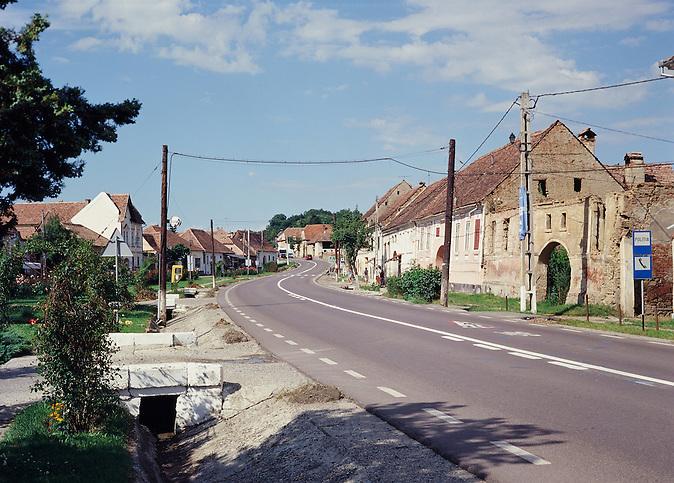 Viele Häuser in der Gemeinde Keisd (rumänisch Saschiz) in Siebenbürgen stehen leer und verfallen langsam. Denn die meisten der vormaligen Bewohner, die Siebenbürger Sachsen, verließen nach der rumänischen Revolution 1989 ihre Heimat und wanderten nach Deutschland aus.