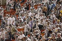 SAO PAULO, SP, 16 MARÇO 2013 - CAMP. PAULISTA - CORINTHIANS X U. BARBARENSE - Torcedores do Corinthians durante partida contra o União Barbarense em partida da 12 rodada no Estadio Paulo Machado de Carvalho, o Pacaembu na noite deste sábado, 16. (FOTO: VANESSA CARCALHO / BRAZIL PHOTO PRESS).
