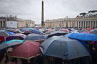 Una vista panoramica della piazza durante l'attesa della terza fumata nel secondo giorno di coclave. Papa Francesco viene eletto come successore di San Pietro Marzo 14, 2013. Photo: Adamo Di Loreto/BuenaVista*photo