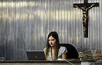 SANTO ANDRE, SP, 16 DE FEVEREIRO 2012 - JULGAMENTO LINDEMBERG ALVES - CASO ELOA -Juiza Milena Dias durante no quarto dia do julgamento de Lindemberg Alves, de 25 anos, acusado de matar a ex-namorada Eloá Cristina Pimentel em outubro de 2008, chega ao fórum de Santo André (SP), no ABC Paulista, nesta quinta-feira (16),  (FOTO: ADRIANO LIMA - BRAZIL PHOTO PRESS). (FOTO: ADRIANO LIMA - BRAZIL PHOTO PRESS).