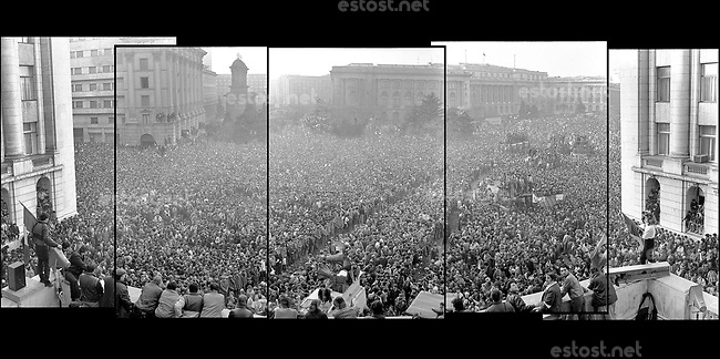 "ROMANIA, Revolution Square, Bucharest, 22.121982, 3.30 pm.The crowd and a flag with ""the hole"" on a pole..© Andrei Pandele / EST&OST"