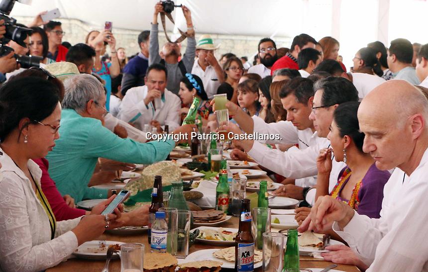 Oaxaca de Ju&aacute;rez, Oax. 24/04/2017.- Como un homenaje a la ciudad de Oaxaca por su 485 aniversario rendido por 60 hacedoras del sabor de las ocho regiones de la entidad, el Presidente Municipal, Jos&eacute; Antonio Hern&aacute;ndez Fraguas y el Gobernador del Estado, Alejandro Murat Hinojosa, inauguraron este lunes, el &quot;Primer Encuentro de Cocineras Tradicionales&quot;, mismo que cont&oacute; con la presencia de 11 embajadores de distintos pa&iacute;ses del mundo, entre ellos: Rep&uacute;blica de Corea, Malasia, Rep&uacute;blica de Kazajstan, Reino de  B&eacute;lgica, Rep&uacute;blica &Aacute;rabe de Egipto, Rep&uacute;blica Socialista de Vietnam, Rep&uacute;blica Popular de Bangladesh, Rep&uacute;blica de Indonesia, Rep&uacute;blica de la India, etc.<br /> As&iacute; mismo se cont&oacute; con la participaci&oacute;n de la cocinera tradicional, Abigail Mendoza y la concursante de Master Chef Junior, Mar&iacute;a Sabina &Aacute;ngeles Mendoza.
